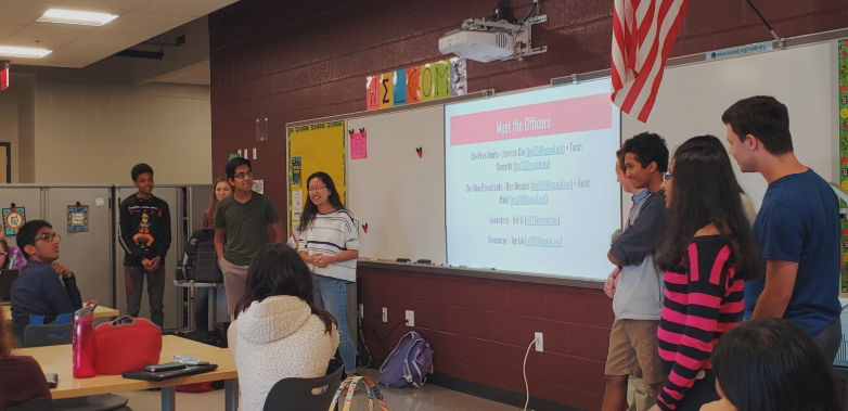 Pictured%3A+Jasmine+Cao+and+Taran+Samarth%2C+the+co-presidents+of+the+State+High+Forensics+Team%2C+introduce+the+club+to+new+members.